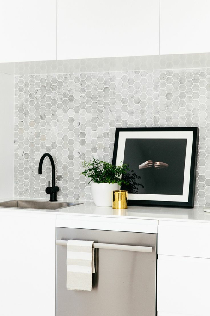 wandgestaltung küche geometrische wandfliesen pflanze weiße küchenschränke
