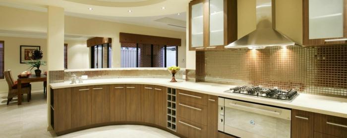 wandgestaltung küche goldene küchenfliesen eindegaute leuchten gebogene küchenarbeitsfläche