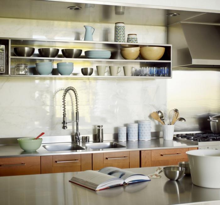 wandgestaltung küche schlichte küchenfliesen metalloberflächen kleine küche