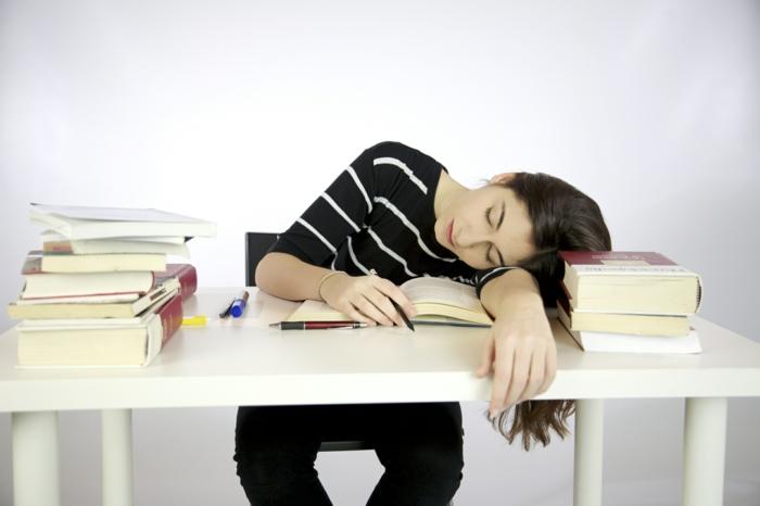 was tun gegen prüfungsangst müde studentin schlafend bücher