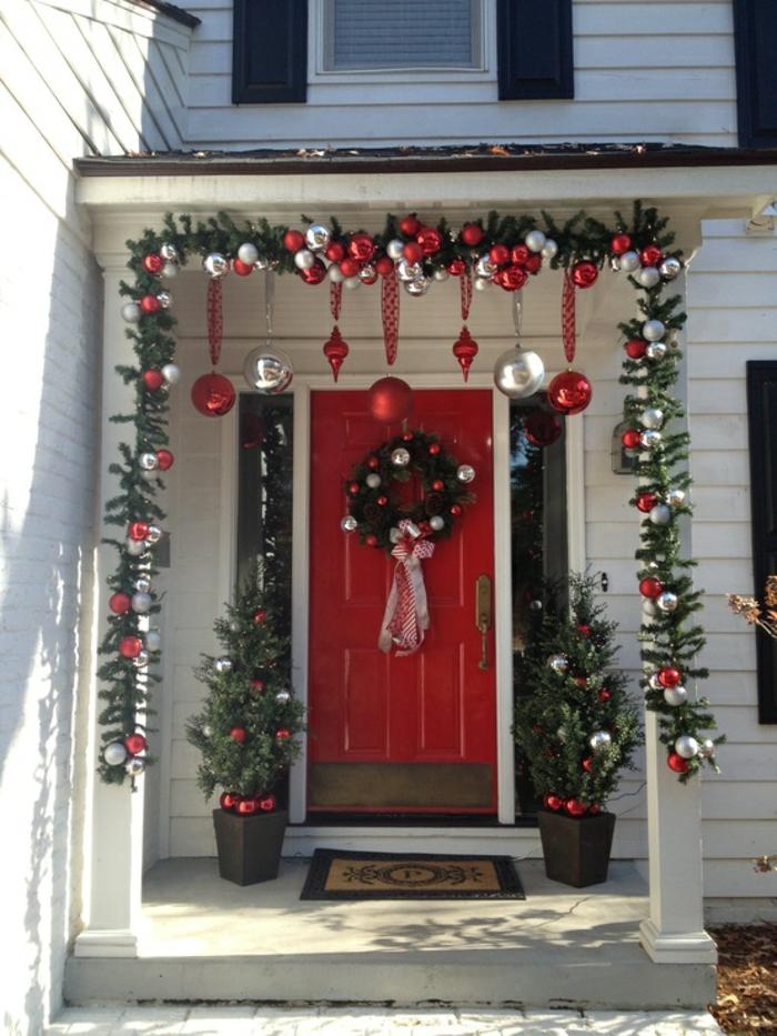 weihnachtsdeko für draussen eingang deko rote eingangstür weihnachtskranz weihnachtsketten
