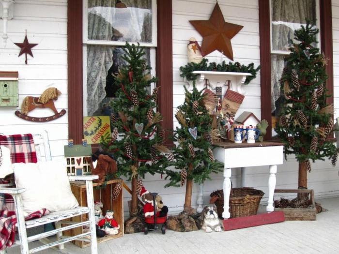 weihnachtsdeko für draussen festliche stimmung tannenbaäume muster accessoires