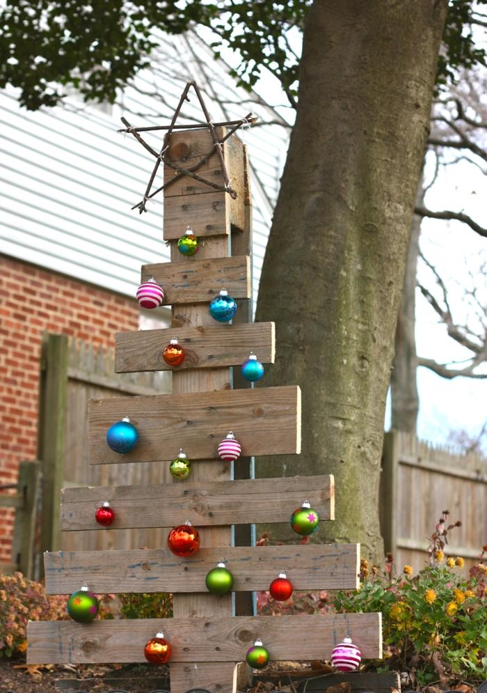 weihnachtsdeko für draussen weihnachtsbaum holz farbige weihnachtskugeln