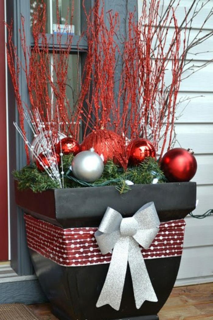 weihnachtsdeko für außen eingang dekorieren blumentopf weihnachtskugeln