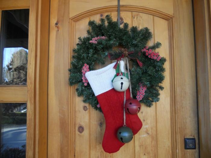 weihnachtsdeko für außen eingang dekorieren weihnachtskranz nikolausstiefel