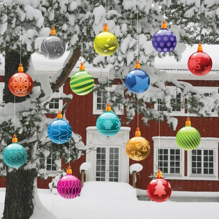 weihnachtsdeko für außen hängende weihnachtskugeln farbig lustig