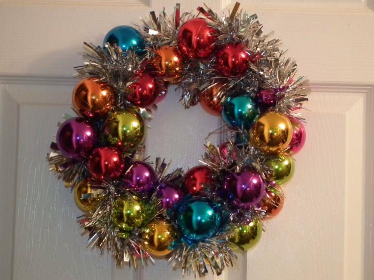 weihnachtskranz basteln türkranz weihnachten weihnachtskugeln girlanden