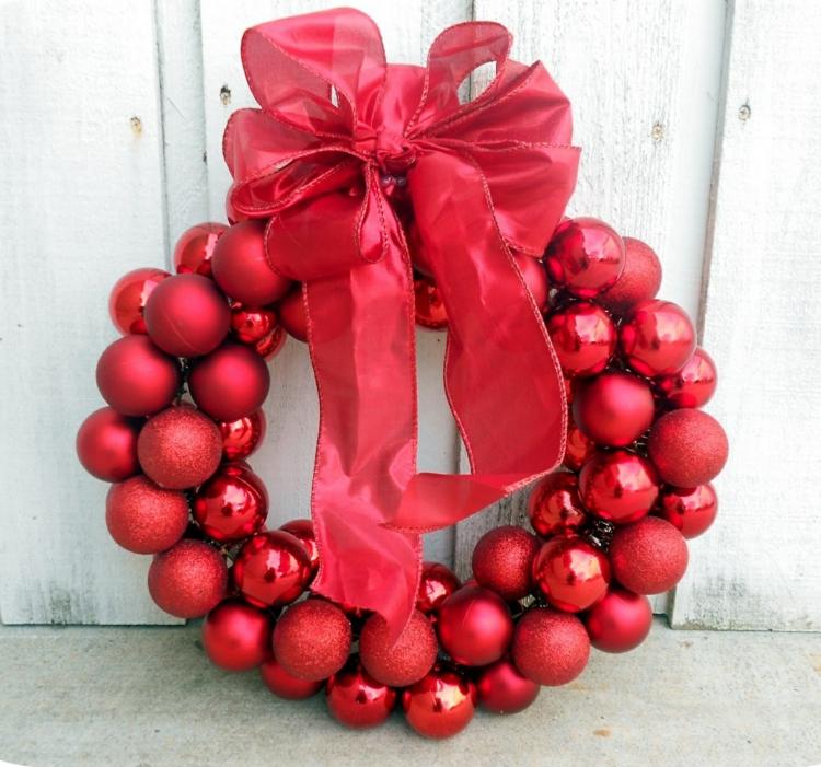 weihnachtskranz selber basteln rote weihnachtskugeln türkranz weihnachten