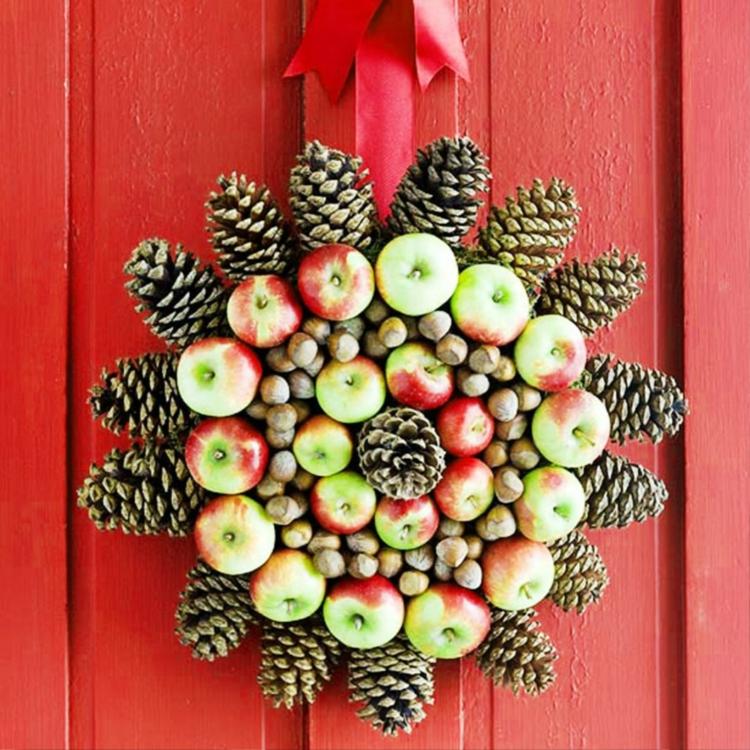 weihnachtskranz selber machen türkranz weihnachten äpfel tannenzapfen
