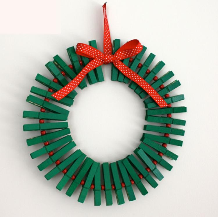 weihnachtskranz selber machen türkranz weihnachten grüne wäscheklammer
