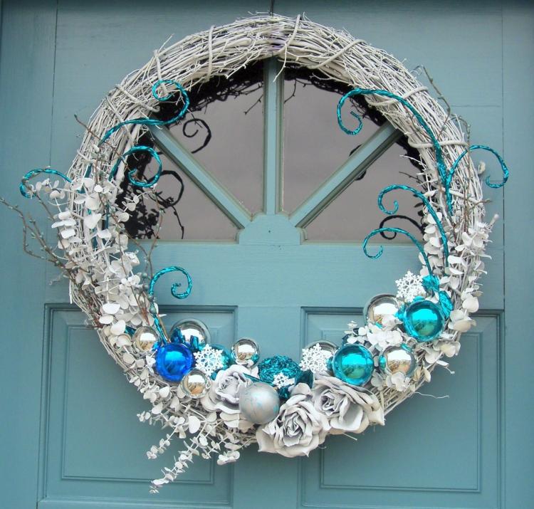 weihnachtskranz selber machen türkranz weihnachten weiß blau