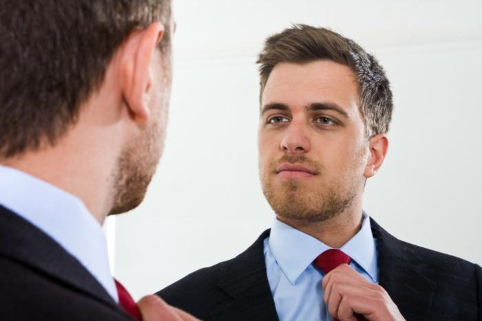 wie bekomme ich mehr selbstbewusstsein mann spiegel