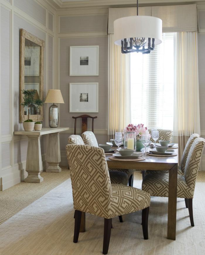 wohnideen esszimmer gepolsterte stühle muster blumendeko wandspiegel teppich