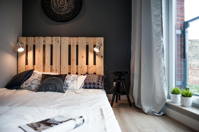 wohnideen schlafzimmer bettkopfteil paletten schwarze akzentwand