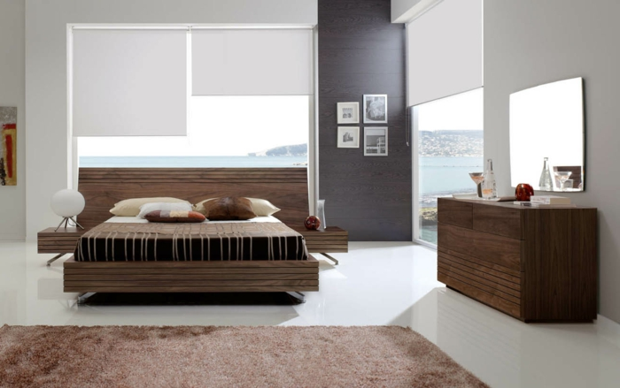 fensterverdunkelung schlafzimmer brauner teppich weiße raffrollos kommode