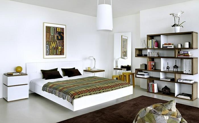 wohnideen schlafzimmer brauner teppich weiße wandfarbe offene regale