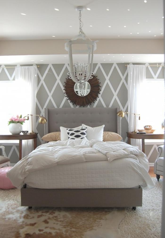 wohnideen schlafzimmer fellteppich wandspiegel wandgestaltung muster