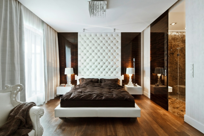 wohnideen schlafzimmer luxuriöse bettwäsche helle gardinen weißer sessel