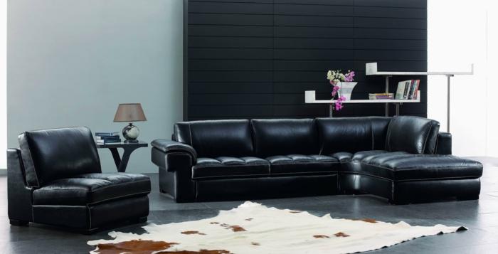 zimmer-einrichten-ideen-wohnzimmer-schwarze-ledermöbel-fellteppich-gemütlich