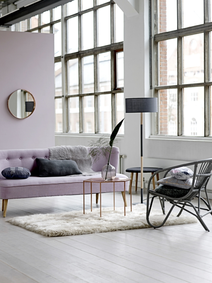 zimmer-einrichten-ideen-wohnzimmergestaltung-ideen-hellrosa-akzentwand-sofa-teppich