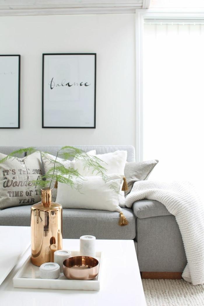 zimmereinrichtung wohnzimmer graues sofa weiße dekokissen kerzen