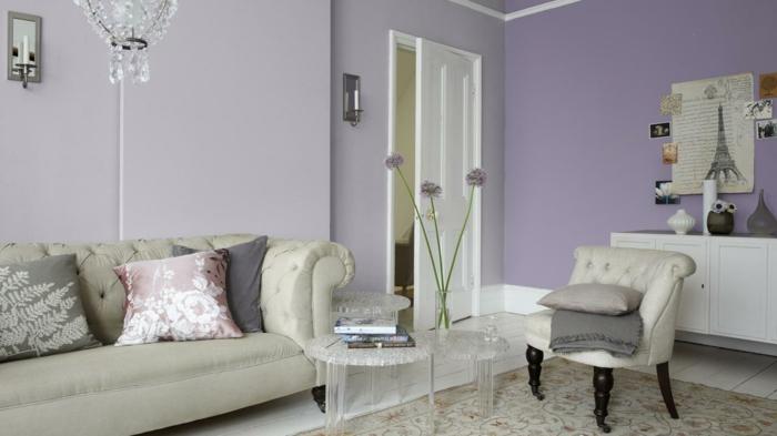 zimmereinrichtung wohnzimmergestaltung ideen helllila akzentwand kronleuchter schöne beistelltische