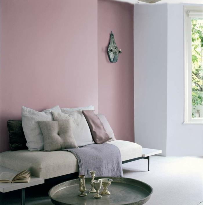 zimmereinrichtung wohnzimmergestaltung ideen pastellrosa akzentwand vintage couchtisch