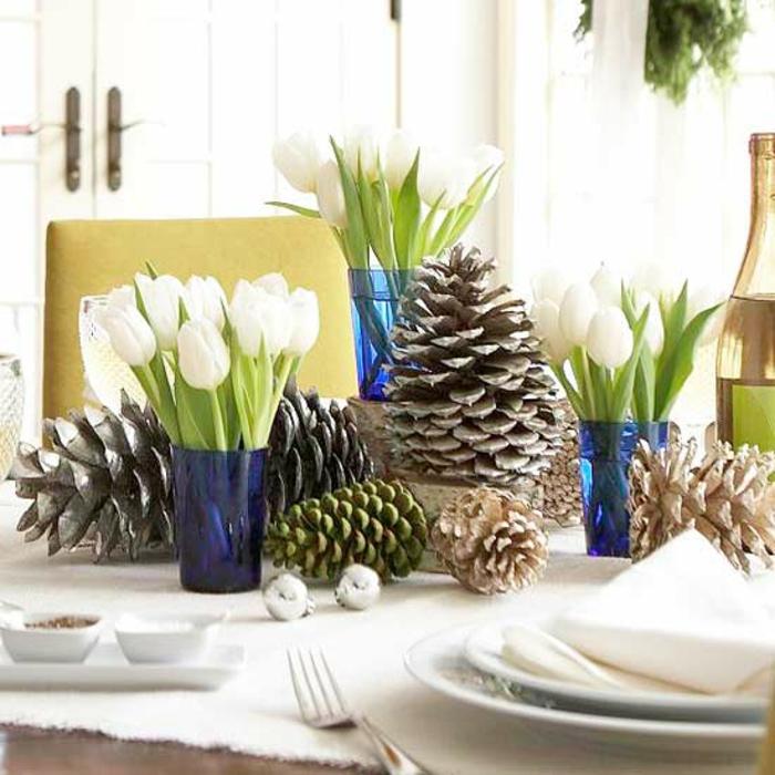 Adventsgesteck selber machen Tulpen farbige Tannenzapfen weihnachtliche Tischdeko