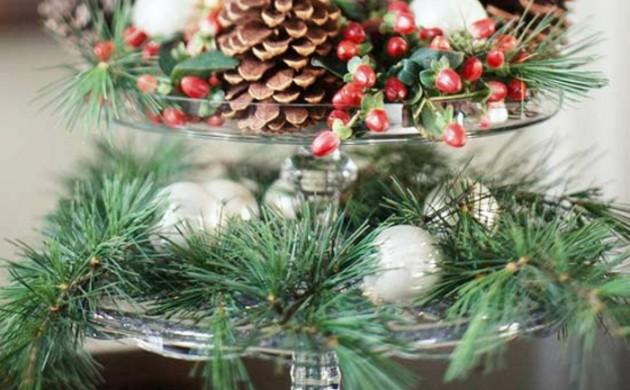 Adventsgesteck-selber-machen-rote-Beeren-immergrüne-Zweige
