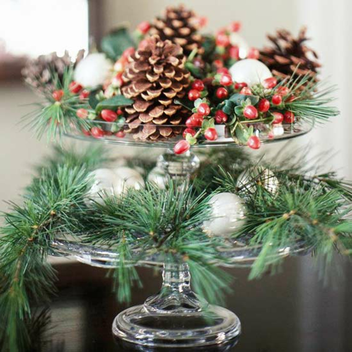 Adventsgesteck selber machen rote Beeren immergrüne Zweige