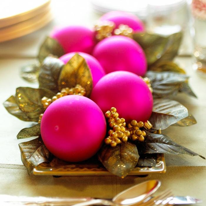 Adventsgesteck selber machen weihnachtliche Tischdeko Weihnachtskugeln pink