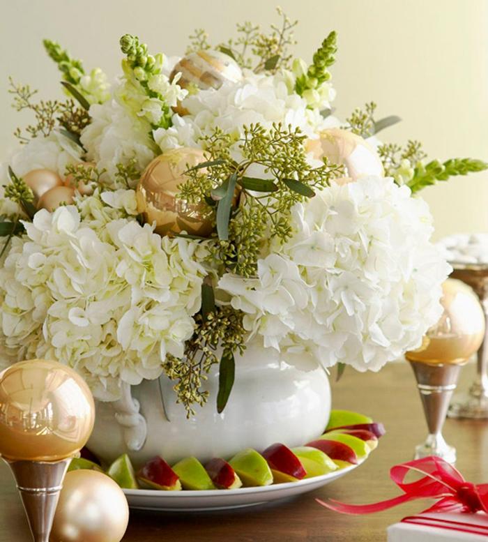 Adventsgestecke Bilder goldene Weihnachtskugeln Tischdeko Weihnachten