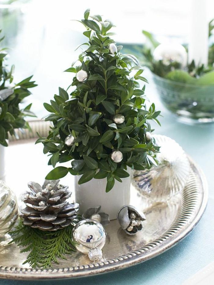 Adventsgestecke Bilder weihnachtliche Tischdeko Silber grüne Zweige