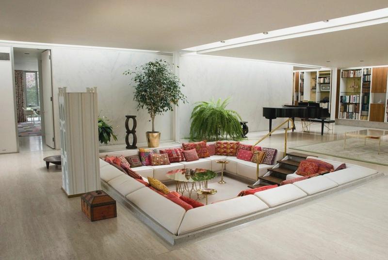wohnzimmer essbereich offen beige braune möbel hochglanz blaue oberschränke