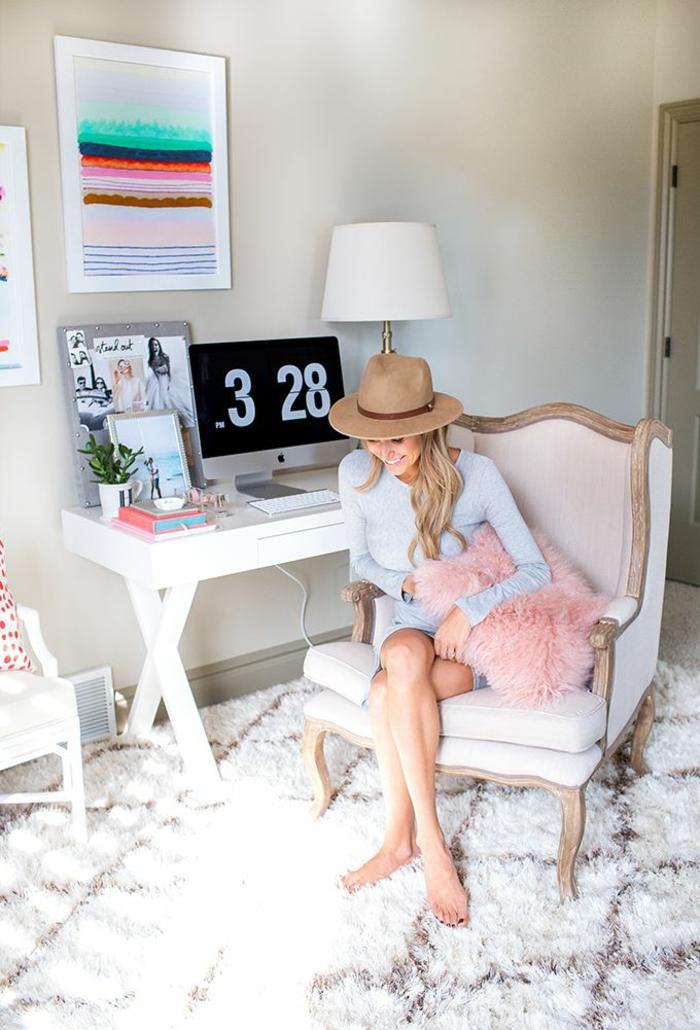 Home Office einrichten Möbel Teppichboden Antik Sessel