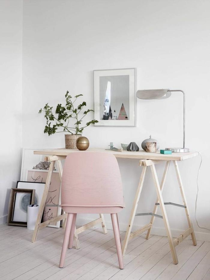 Home Office einrichten Schreibtisch Holz rosa Stuhl