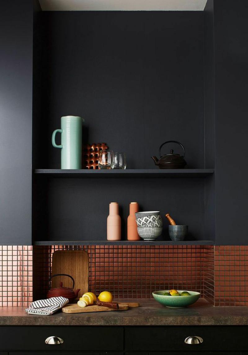 Ideen für kreative Wandgestaltung Küche Wandfarbe schwarz Regale