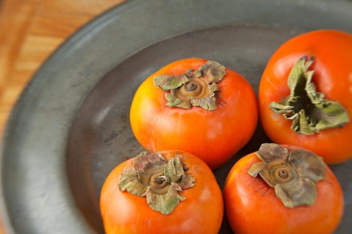 Kaki Frucht kaki essen sharonfrucht stückchen khaki vitamine rezepte teller