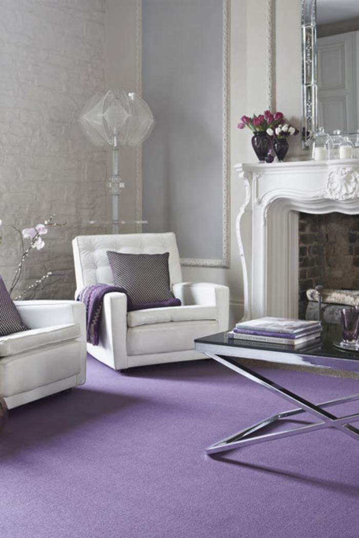 Raumgestaltung Ideen weiße Wohnzimmer Möbel lila Teppichboden