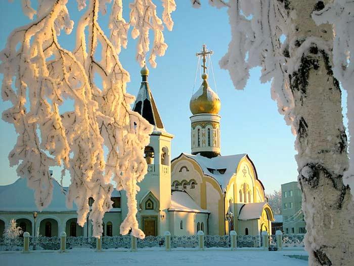 Russische Weihnachten Weihnachten in Russland kirchliche messe schnee morgens kirche