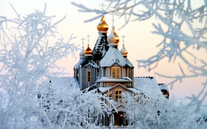 Russische Weihnachten Weihnachten in Russland weihnachtsbaum festltafel rote wintermärchen schnee