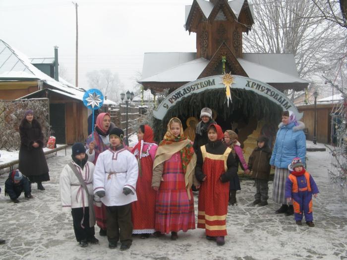 Russische Weihnachten Weihnachten in Russland weihnachtsbaum festltafel rote wintermärchen slavisch