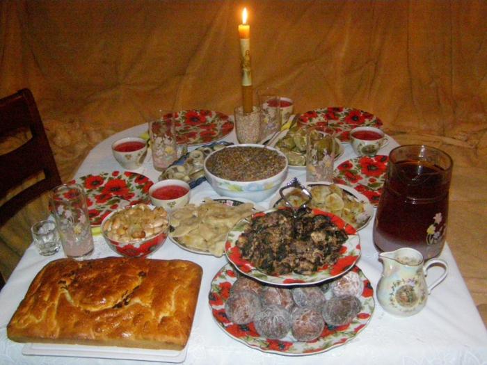 Russische Weihnachten Weihnachten in Russland weihnachtsbaum festltafel rote wintermärchen tradition am tisch