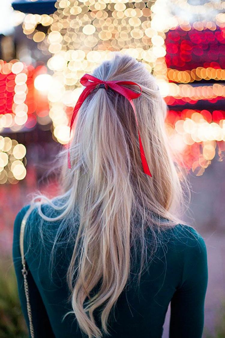 Silvester Frisuren selber machen lange Haare rote Schleife