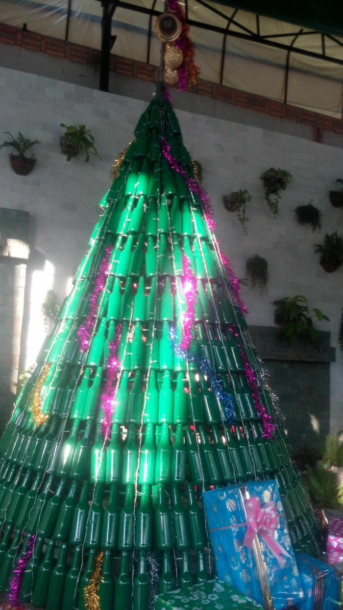 Weihnachtsbasteln Tannenbaum basteln Weihnachtsbaum aus Flaschen