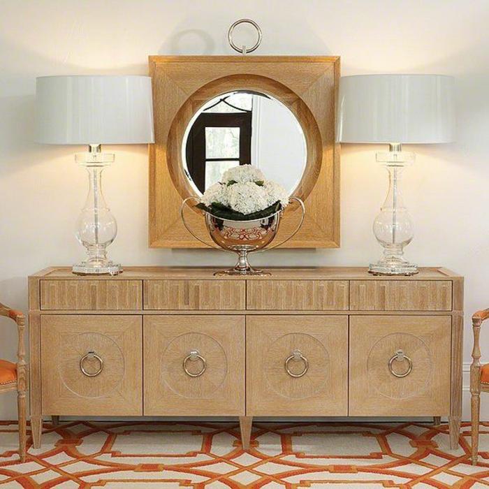 Anrichte Dekorieren Gläserne Weiße Lampenschirme Wandspiegel Weiße  Hortensien Silberne Vase Kommode Sideboard
