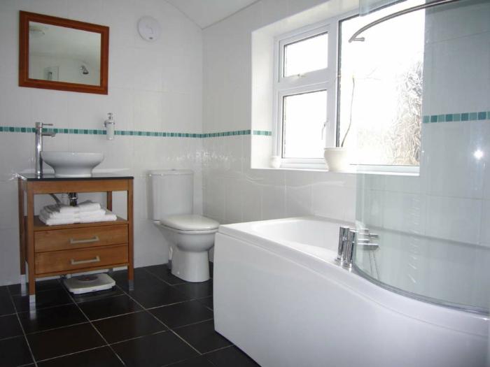 badeinrichtung badewanne fenster badspiegel dunkle bodenfliesen