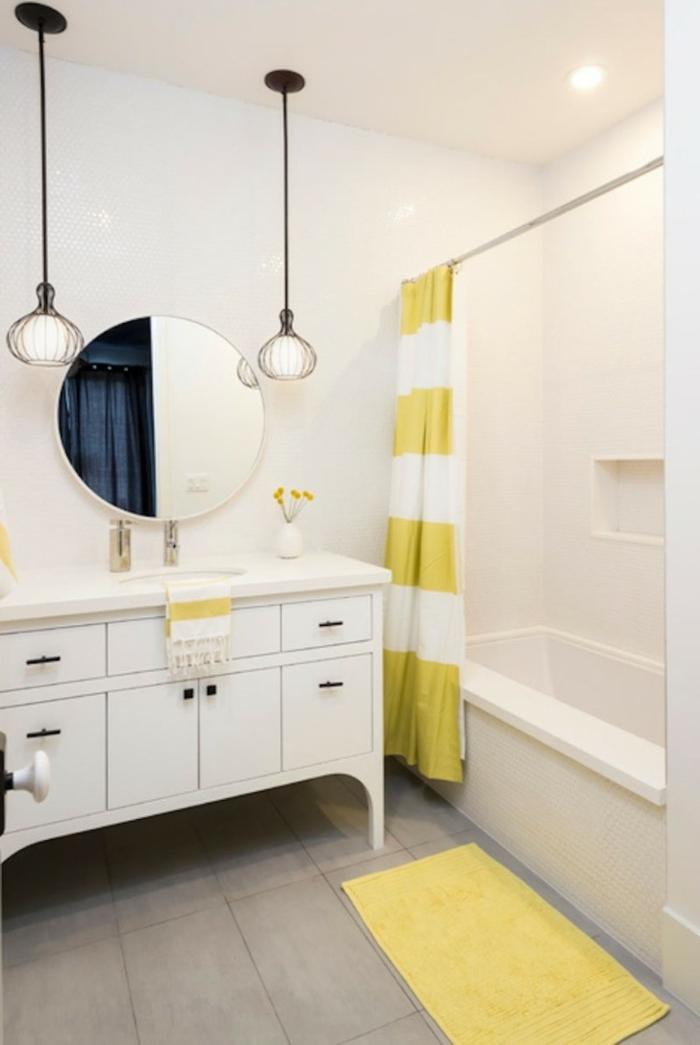 badezimmer gestalten badspiegel gelber teppichläufer pendelleuchten badvorhang badewanne