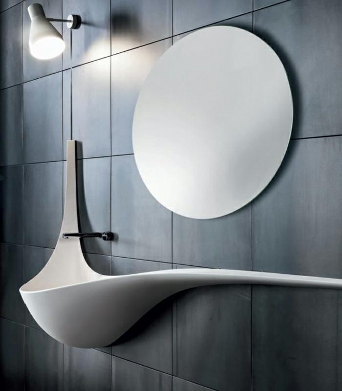 design waschbecken weiße keramik geschwungene linien runder wandspiegel