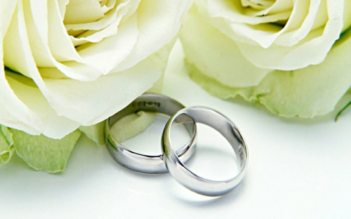 diamantene hochzeit dekoration weiße rosen silber eheringe